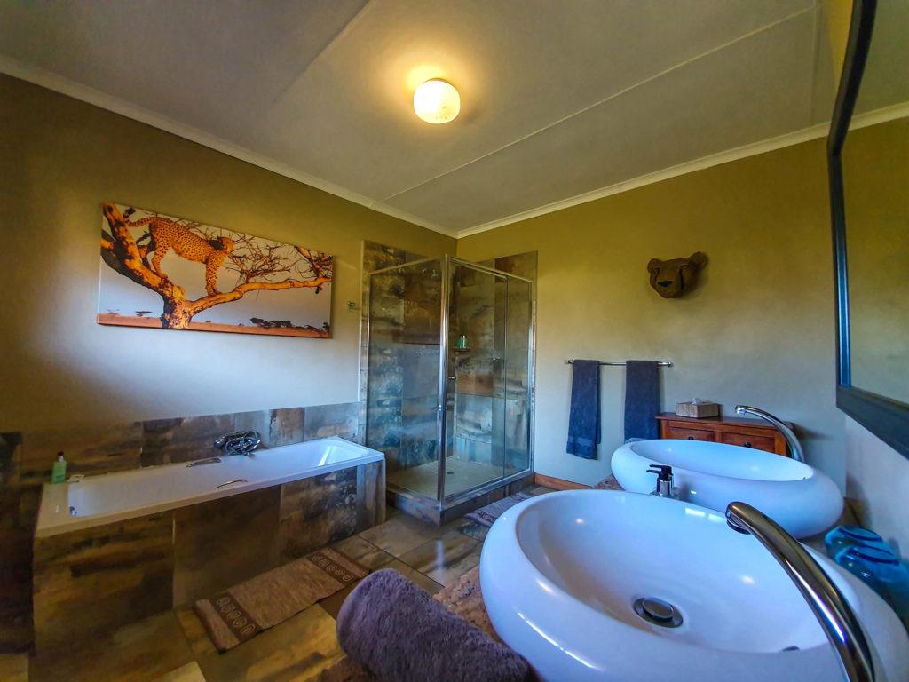 Ndaka safari lodge - cheetah bathroom