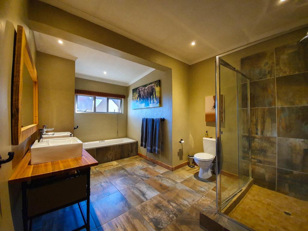 Ndaka safari lodge - elephant bathroom