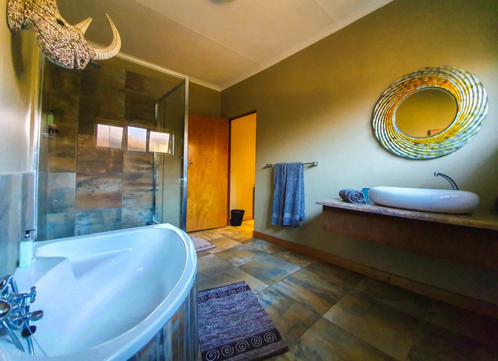 Ndaka safari lodge - rhino bathroom